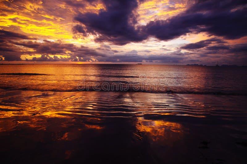 燃烧的天空和海在日落期间在热带海岛Ko朗塔,安达曼海,泰国海洋  免版税库存图片