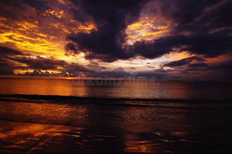燃烧的天空和海在日落期间在热带海岛Ko朗塔,安达曼海,泰国海洋  免版税图库摄影