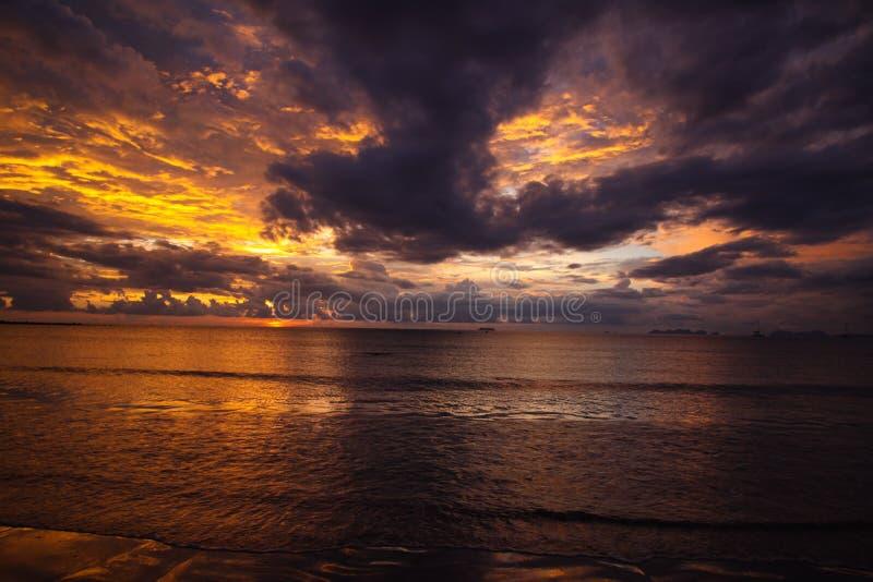 燃烧的天空和海在日落期间在热带海岛Ko朗塔,安达曼海,泰国海洋  免版税库存照片
