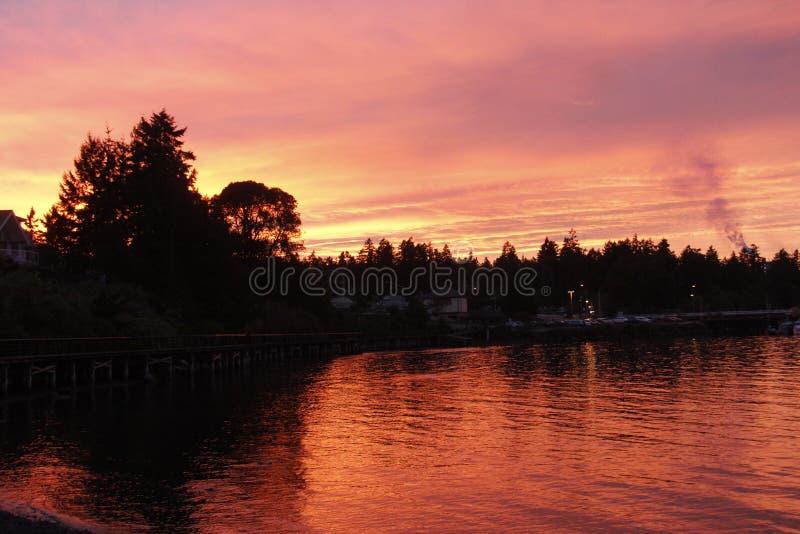 燃烧的日落在奥斯本海湾, Crofton, BC 免版税图库摄影