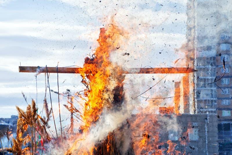燃烧的木十字架 城市 全国斯拉夫语和异教的风俗 图库摄影