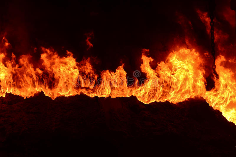 燃烧的火在工厂 图库摄影
