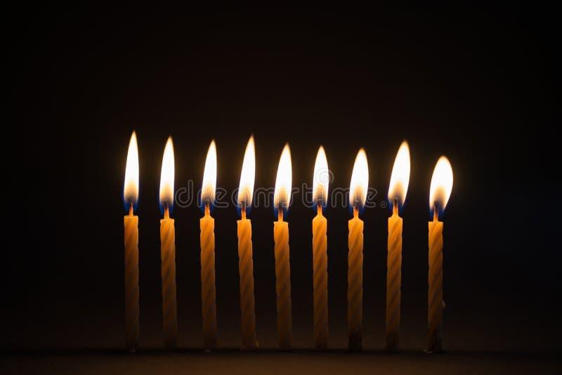 燃烧的生日蜡烛有黑背景 免版税图库摄影