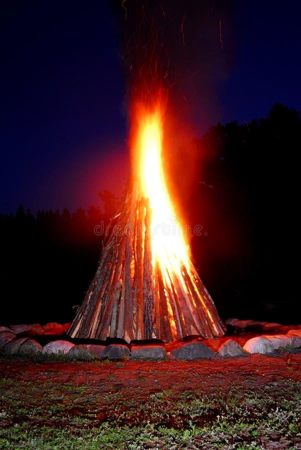 燃烧的篝火晚上 库存图片
