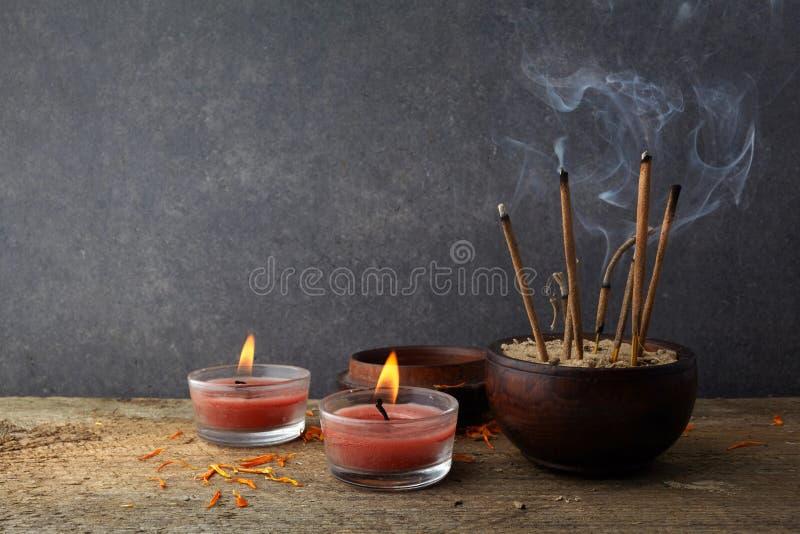 燃烧的芳香香火棍子 为祈祷菩萨或印度神表示尊敬激怒 库存照片