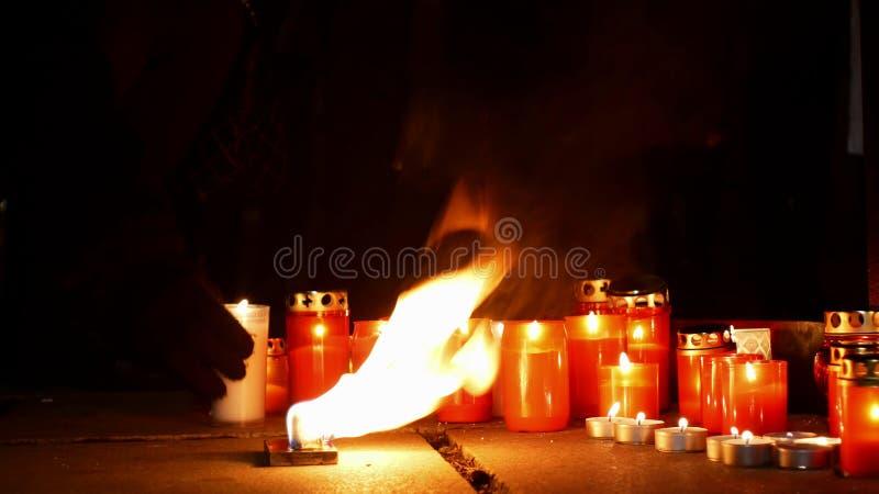 燃烧的蜡烛作为对一个人的死亡的一座纪念碑,火热的火红色,正方形的,不可思议一个地方的火焰 库存图片