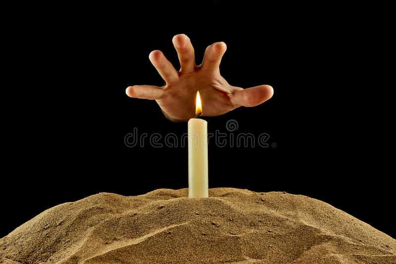 燃烧的蜡烛和手在黑背景 库存图片