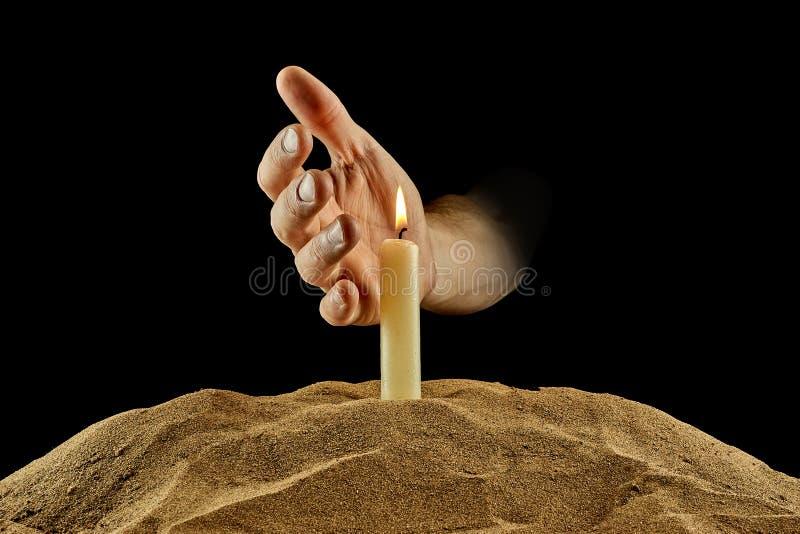 燃烧的蜡烛和手在黑背景 图库摄影