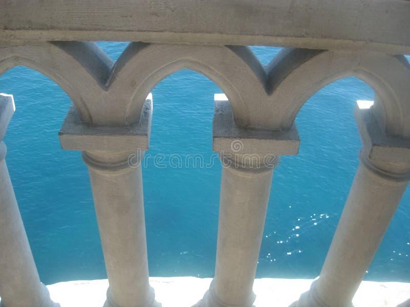 燕子的巢城堡的阳台栏杆 库存图片