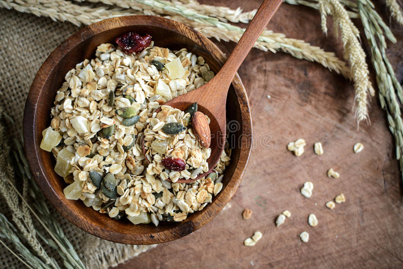 燕麦和全麦五谷在木碗剥落 免版税库存图片
