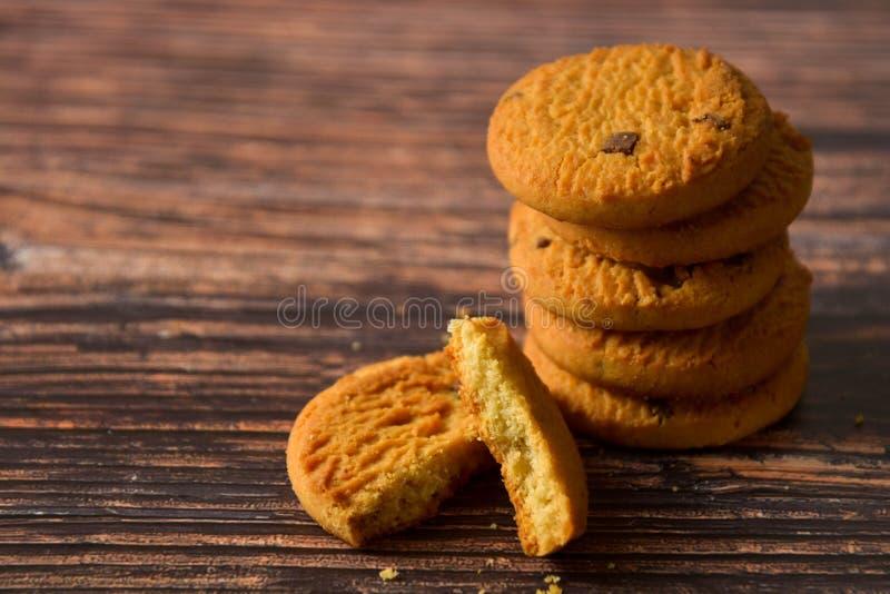 燕麦和在土气木桌背景,拷贝空间的巧克力曲奇饼 免版税库存照片