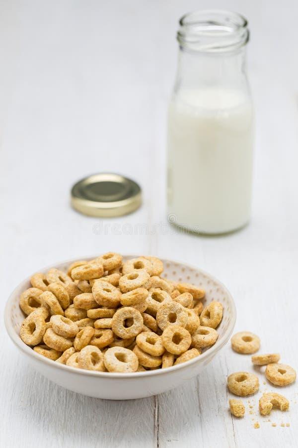 燕麦在碗和牛奶瓶敲响 库存图片