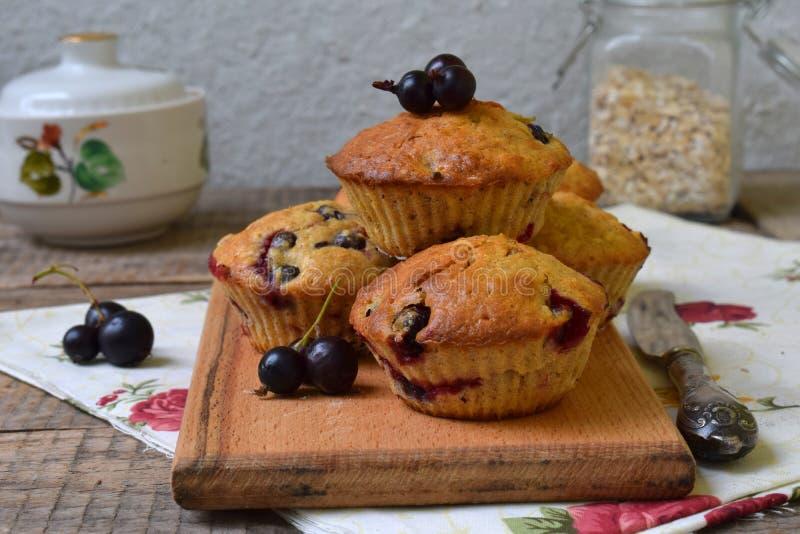 燕麦松饼用在切口木背景的黑醋栗 烘烤自创 健康的食物 图库摄影