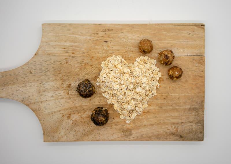燕麦片有之心的形状与自创能量球的 免版税库存照片