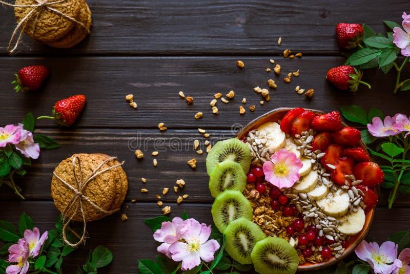燕麦粥、果子和莓果 库存图片