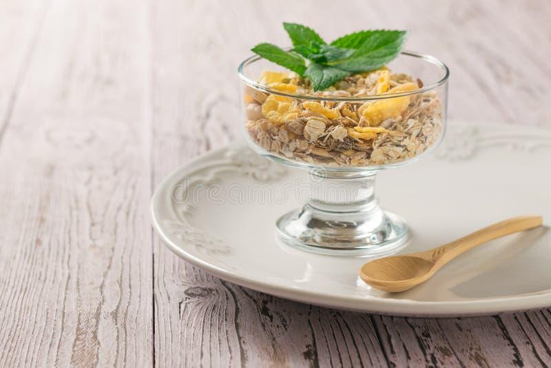 燕麦粥和muesli在一个碗在一张木桌上 纤维的食物富有 免版税图库摄影