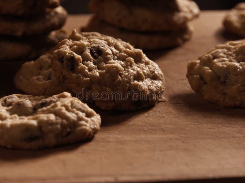 燕麦粥在一个木切板的巧克力曲奇饼 免版税库存图片