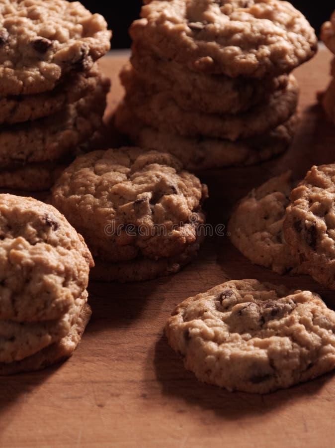 燕麦粥在一个木切板的巧克力曲奇饼 图库摄影