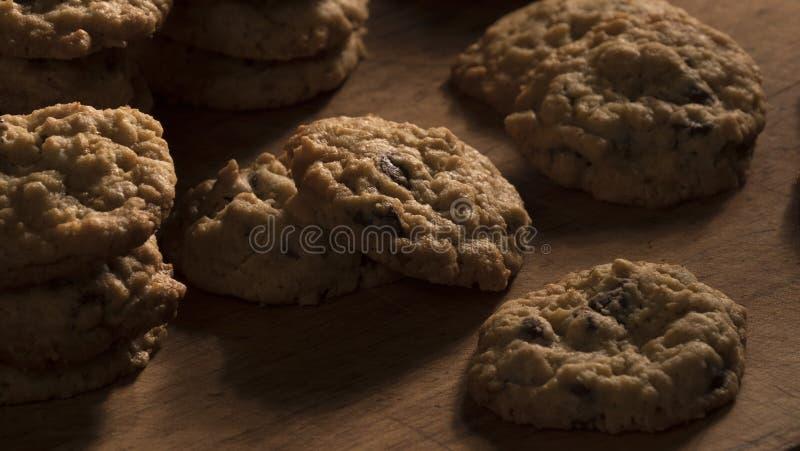 燕麦粥在一个木切板的巧克力曲奇饼 库存图片