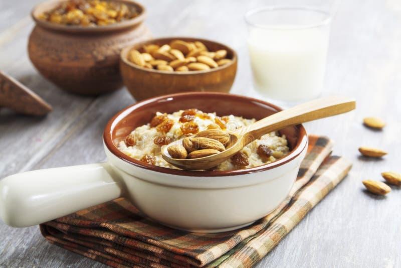 燕麦粥用杏仁和葡萄干 免版税库存图片