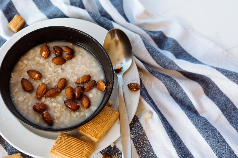 燕麦粥用榛子和煮沸在一张白色桌上 免版税图库摄影