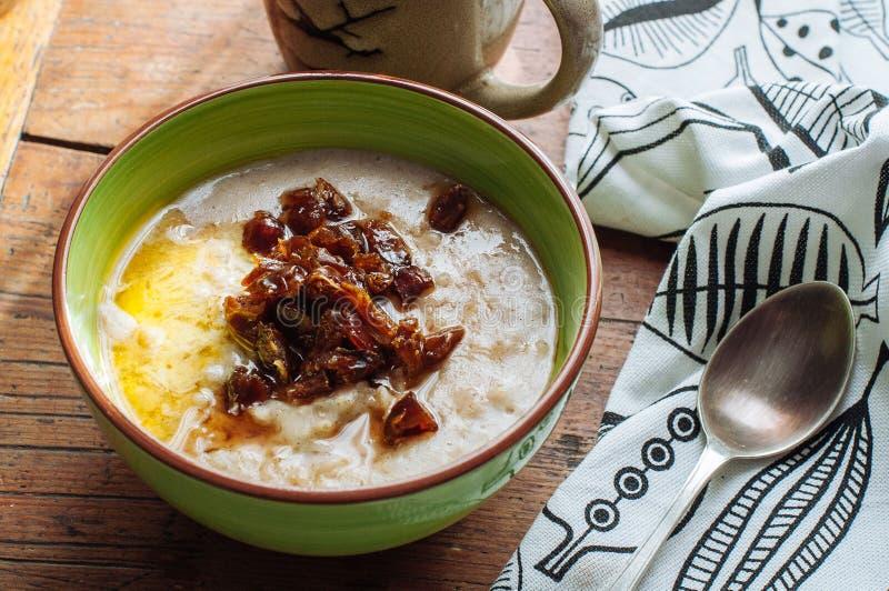 燕麦粥用黄油和日期 免版税库存图片