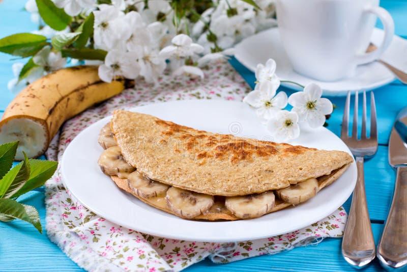 从燕麦粥的薄煎饼用香蕉,健康早餐 免版税库存照片