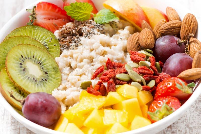 燕麦粥粥板材用新鲜水果和superfoods 免版税库存照片