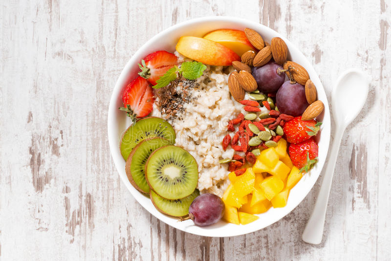 燕麦粥粥板材用新鲜水果和superfoods 库存照片