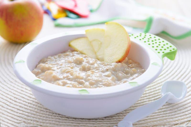 燕麦粥粥用儿童营养的苹果 免版税库存图片