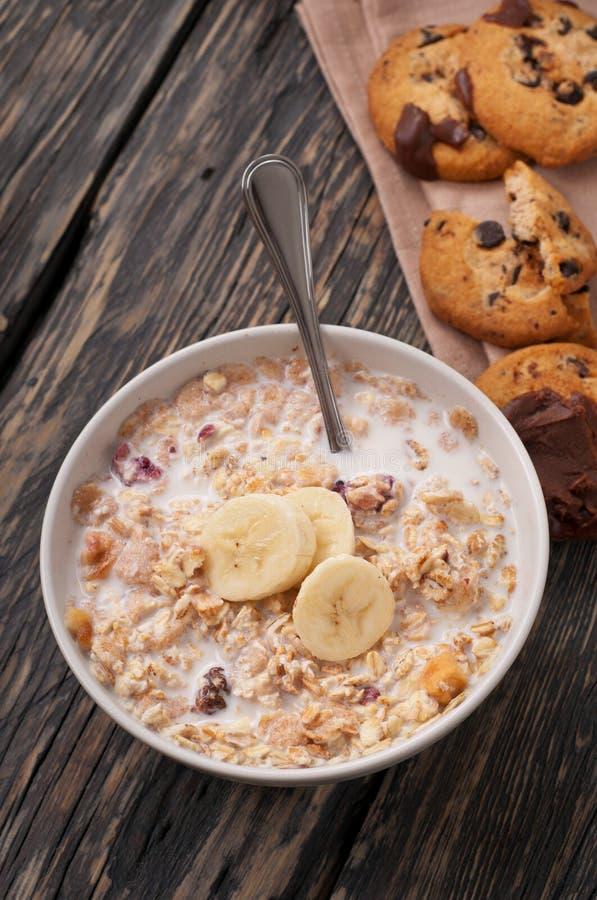 燕麦粥粥用在一个白色碗特写镜头的香蕉 图库摄影