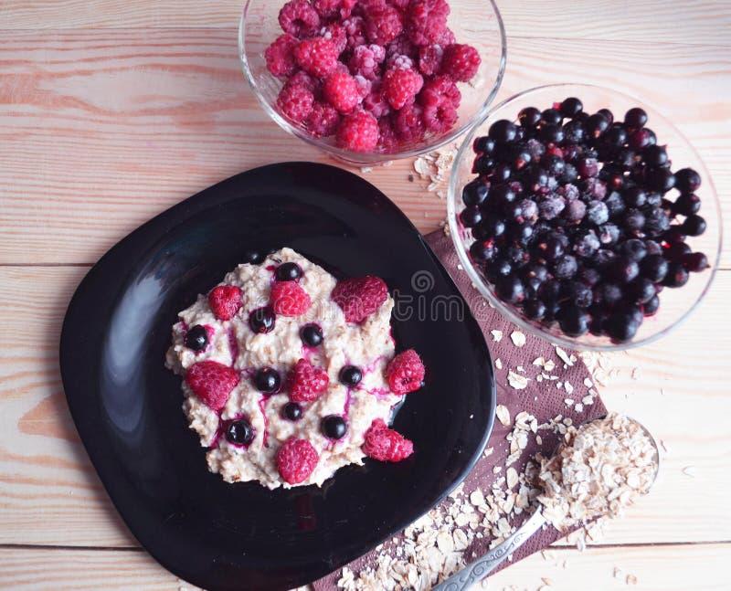 燕麦粥粥用新鲜的莓和蓝莓 库存图片