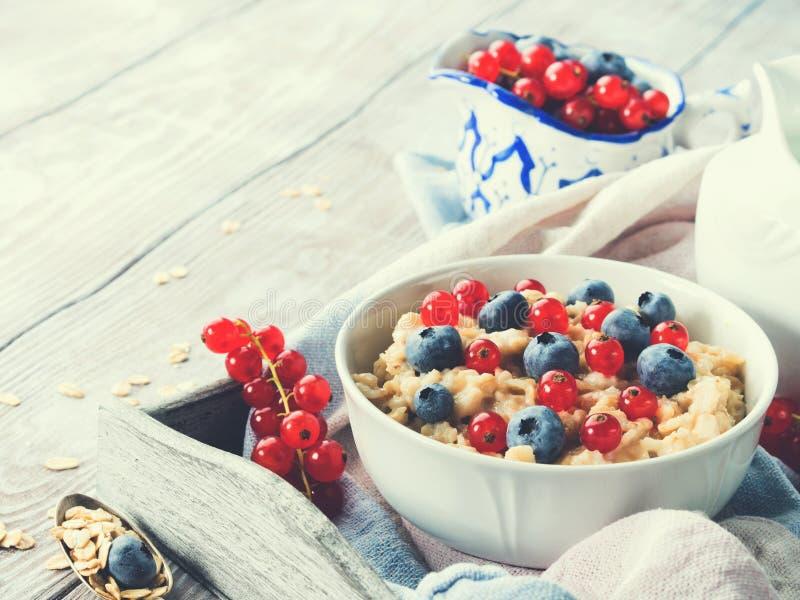 燕麦粥粥用新鲜的莓果 库存图片