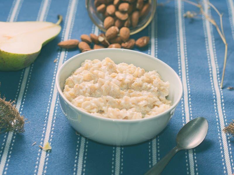燕麦粥粥用梨和杏仁 免版税库存图片