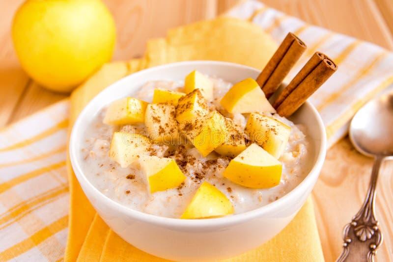 燕麦粥粥用苹果和桂香 图库摄影