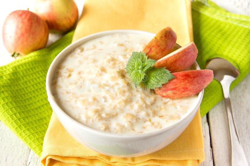 燕麦粥粥用苹果 免版税库存图片