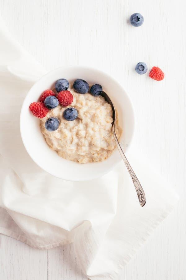 燕麦粥粥用莓果 图库摄影