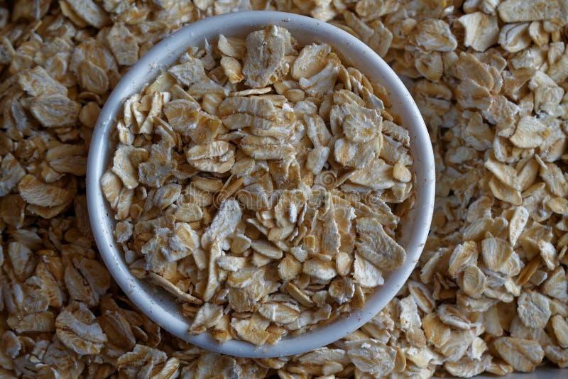 燕麦粥纹理在一点板材的 适当的营养和健康生活方式的概念 顶视图,作为背景o的特写镜头 库存照片