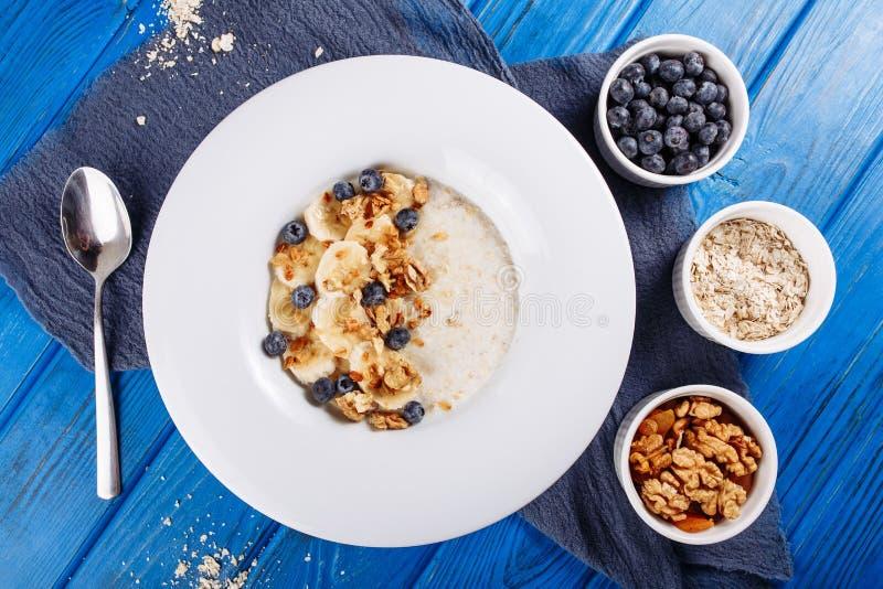 燕麦粥Muesli蓝莓和香蕉上面在看法下 免版税库存图片