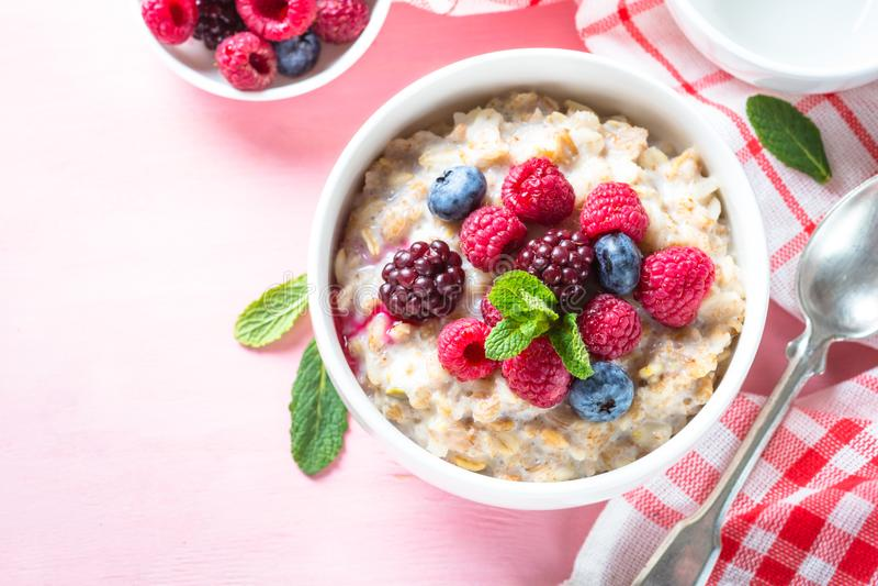燕麦粥porrige有牛奶和莓果顶视图 库存照片