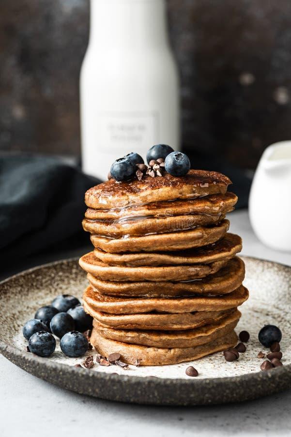 燕麦薄煎饼用蓝莓和蜂蜜 免版税库存图片