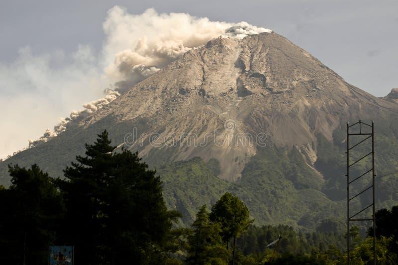 爆发火山MERAPI JAVA印度尼西亚 免版税库存图片
