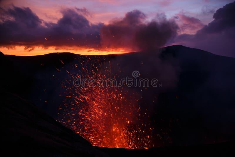 爆发Yasur vulcano,在火山口边缘的日落,塔纳岛,瓦努阿图 免版税库存图片