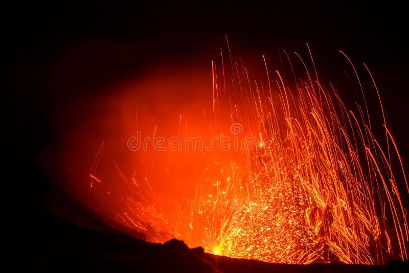 爆发Yasur vulcano,在火山口边缘的日落,塔纳岛,瓦努阿图 库存照片