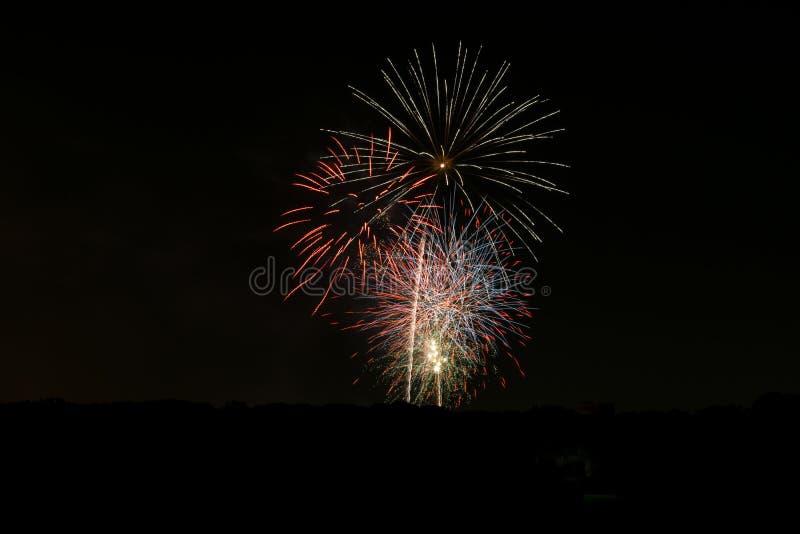 爆炸在黑暗的夜空11的五颜六色的烟花 库存图片