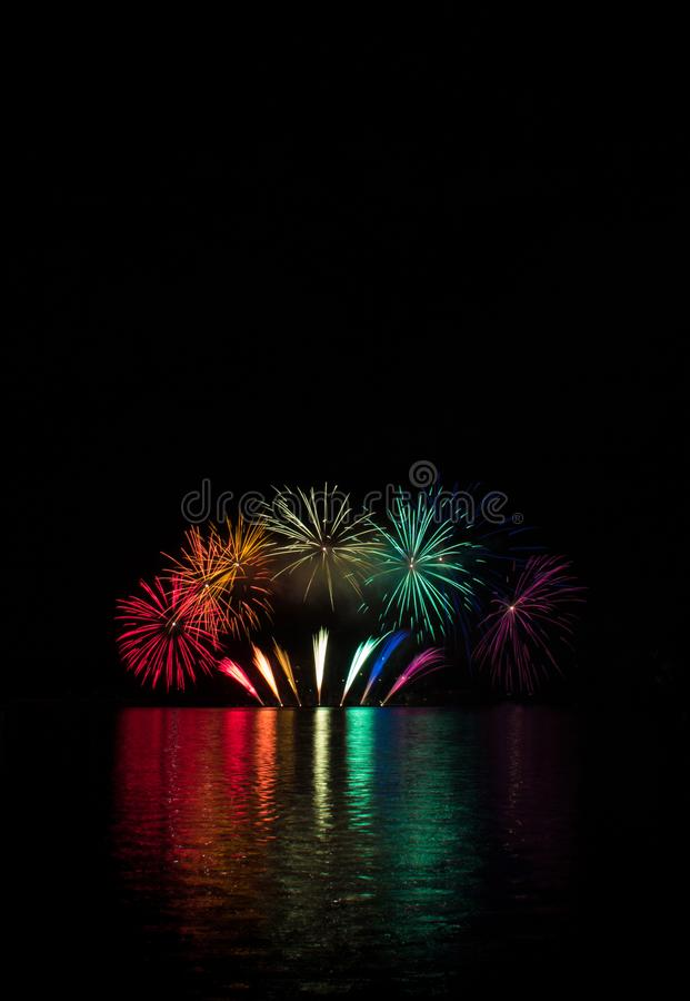 爆炸的喷泉爆炸在彩虹的颜色的在布尔诺的水坝表面的有反射的湖表面上  库存照片