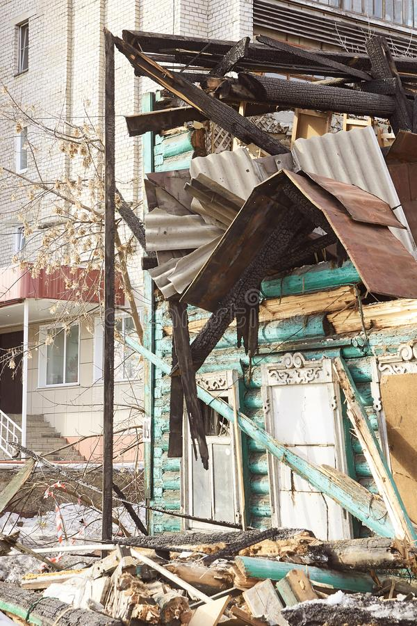 爆破议院 在城市的修造的整修 工业破碎机 图库摄影