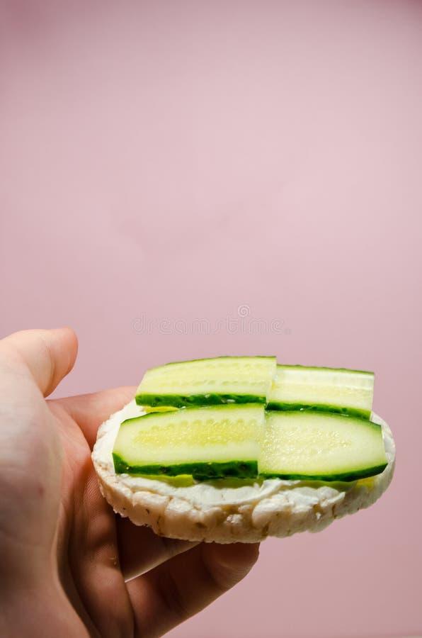 爆米花面包用黄瓜 免版税库存照片