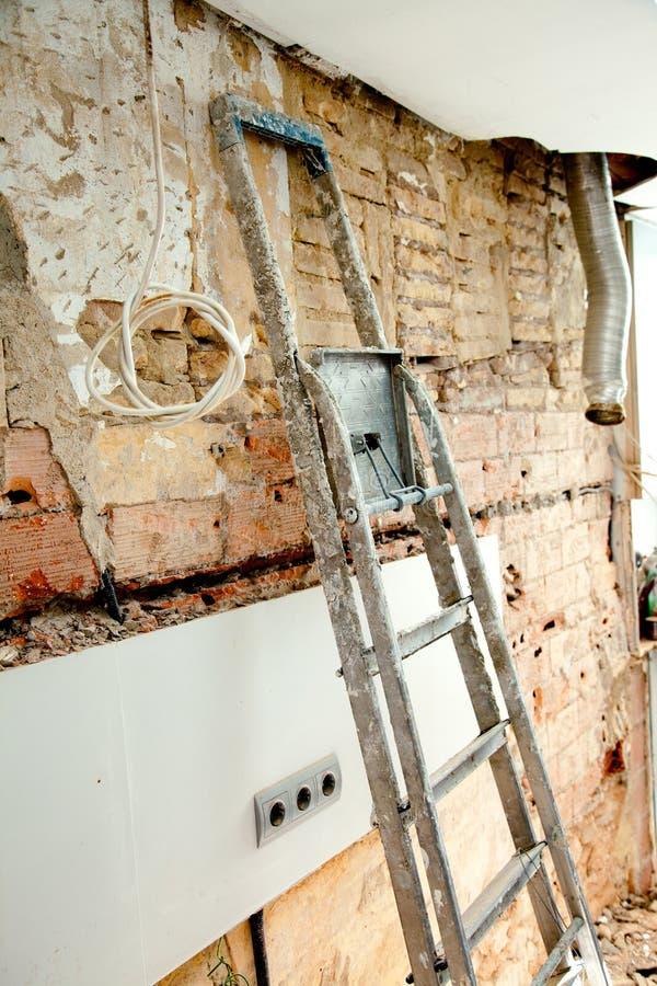 爆破残骸在厨房内部建筑 免版税库存图片