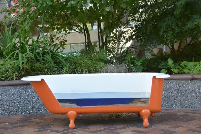 爪脚在世界贸易中心大厦的浴缸长凳在波特兰,俄勒冈 免版税库存照片